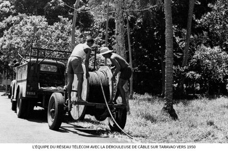 Léquipe-du-réseau-télécom-avec-la-dérouleuse-de-câble-sur-Taravao-vers-1950-1.jpg