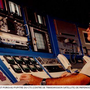 Le-technicien-Ernest-Poroi-au-pupitre-du-CTS-Centre-de-Transmission-Satellite-de-Papenoo-dans-les-années-80.jpg