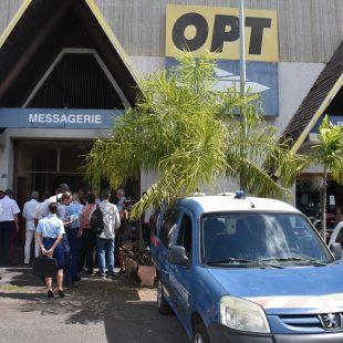 Démonstration des maîtres chiens au bureau de Poste de Motu Uta